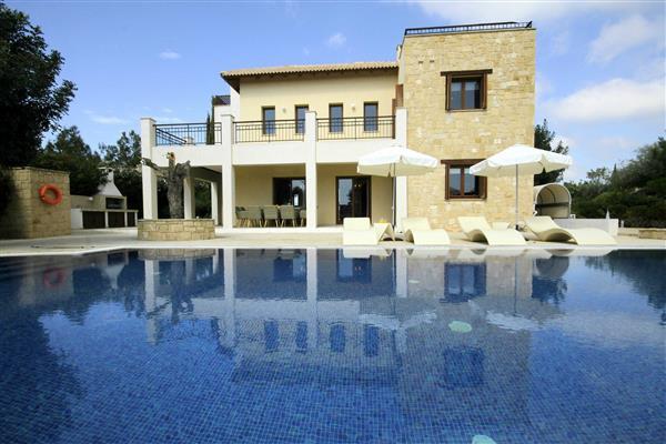 Villa Lefteris, Aphrodite Hills, Paphos With Swimming Pool